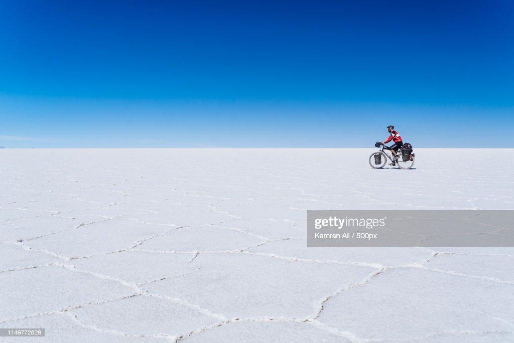 A Cyclist In The Salar De Uyuni : ストックフォト