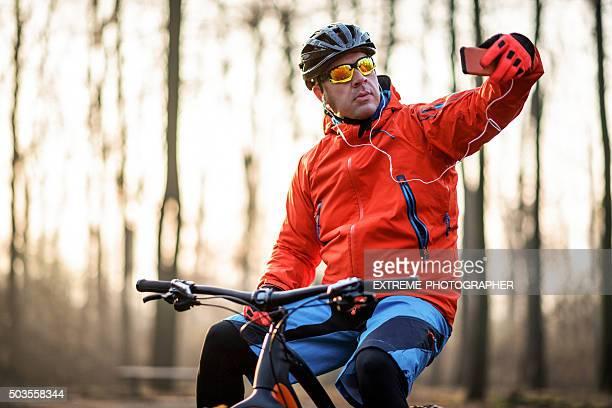 Radfahrer machen Sie ein selfie im Wald