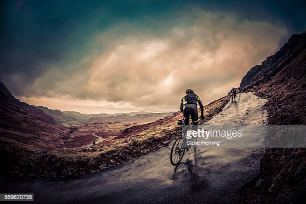 cyclist on hardknott ramp - cycling event stock pictures, royalty-free photos & images