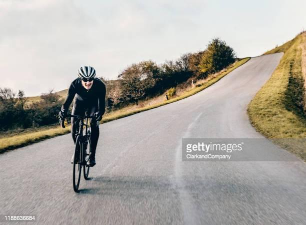 cycliste dehors pour une promenade d'entraînement d'hiver au danemark. - winter sport photos et images de collection
