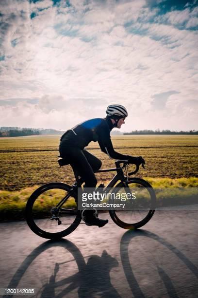 fietser uit voor een winter training rit in denemarken. - wielrennen stockfoto's en -beelden
