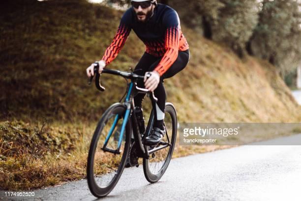 cyclist racing in the italian countryside - bicicletta da corsa foto e immagini stock