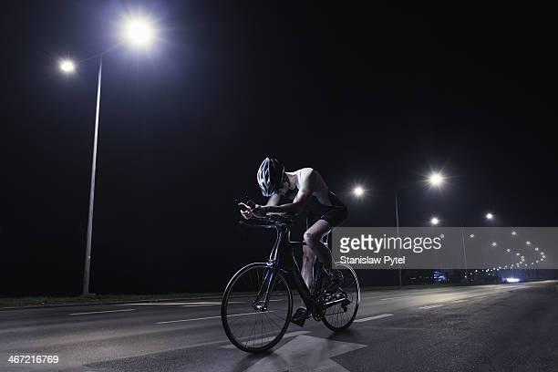 cyclist riding at night in the city - sportsperson - fotografias e filmes do acervo