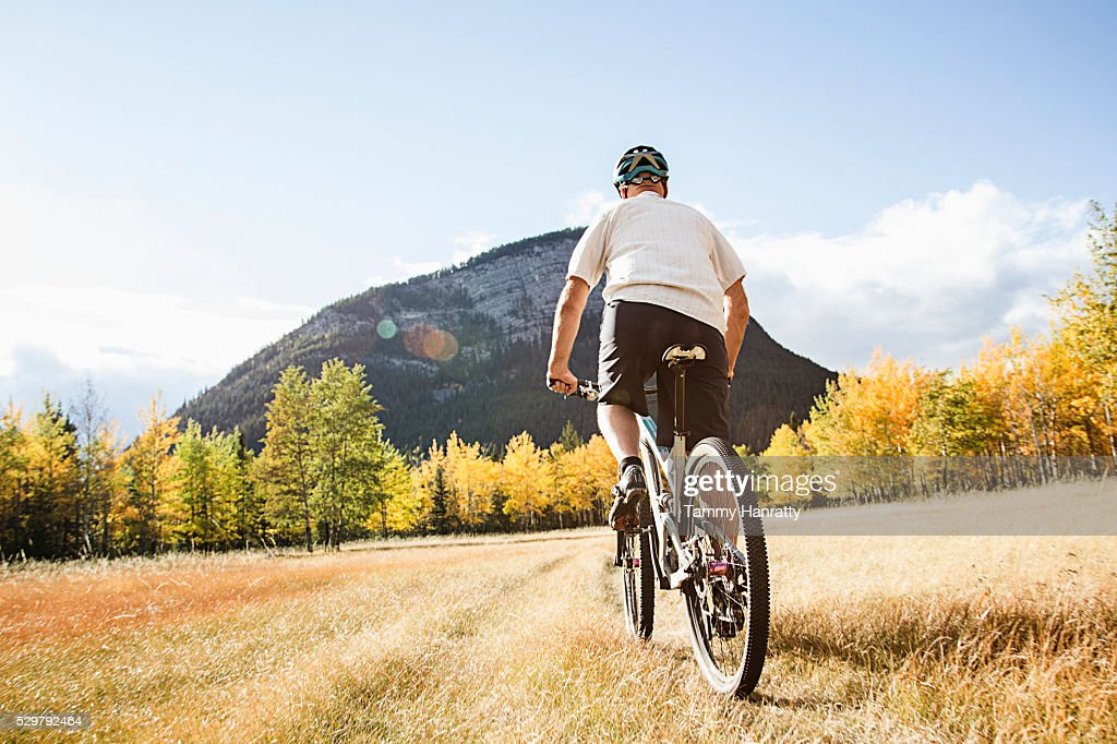 Cyclist riding in mountains : ストックフォト