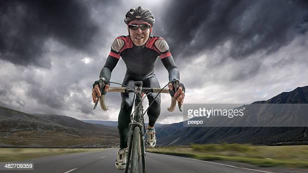 Ciclista dirigindo através de tempestade