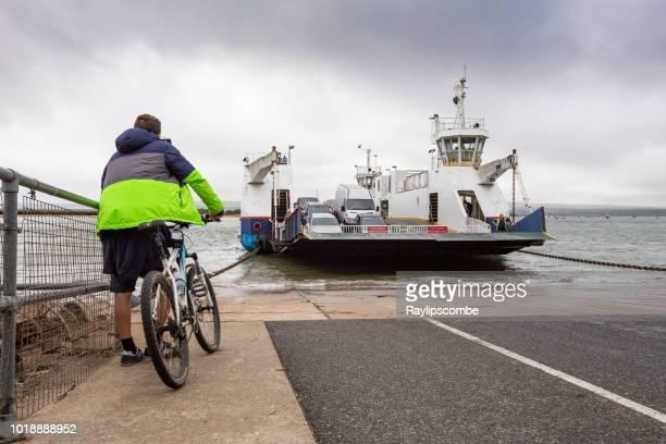 自転車、プール ハーバー チェーンからフェリー スタッドランド湾の砂州、接岸を辛抱強く待って - プール湾 ストックフォトと画像