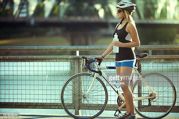 Radfahrer Frau ist eine Wasser-Kurzurlaub