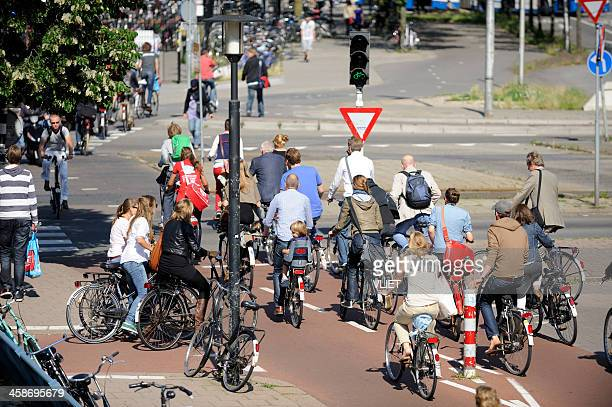 cyclists crossing street in utrecht - utrecht stockfoto's en -beelden