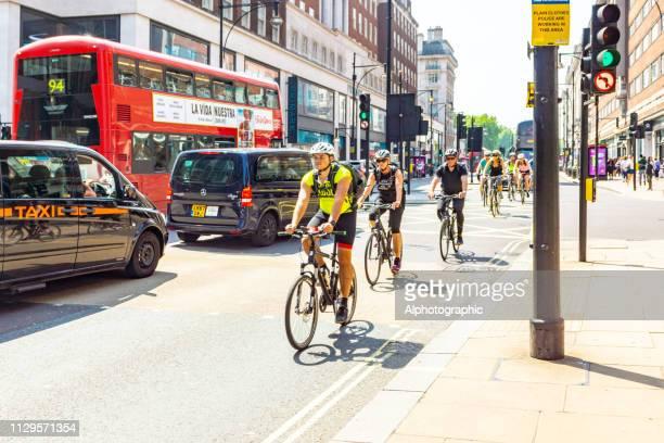 radfahrer in london - pedalantrieb stock-fotos und bilder