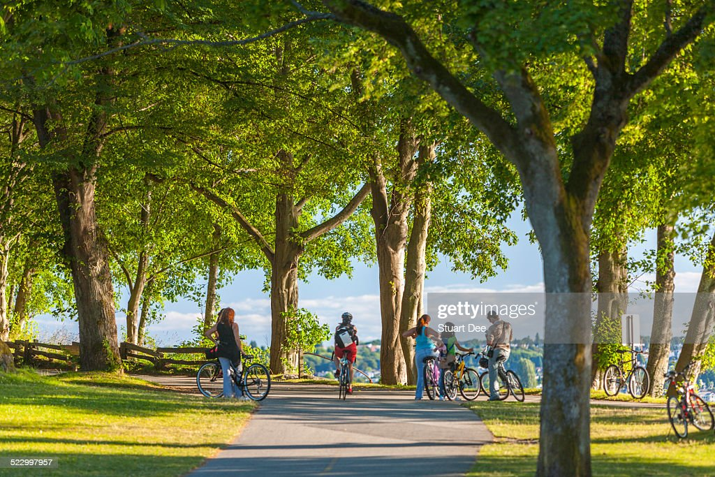 Cyclists in park, Vancouver : Foto de stock