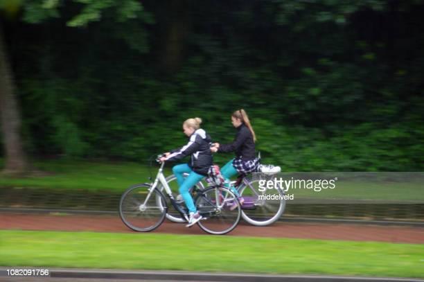 cyklister i regnet - partire bildbanksfoton och bilder