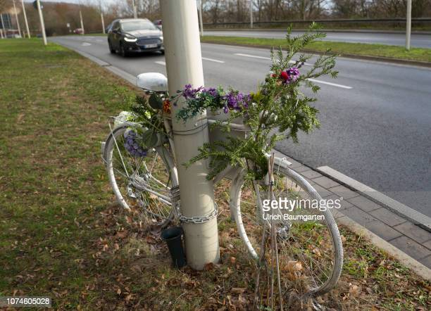 Cyclists live dangerously Symbol photo on the topic accidental death of a cyclist The picture shows a flower decorated bike in memory of an accident...