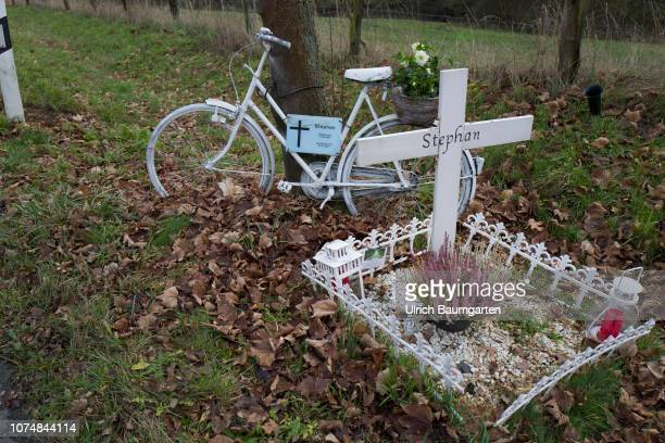 Cyclists live dangerously Symbol photo on the topic accidental death of a cyclist The picture shows a flower decorated bike and a fictional grave...