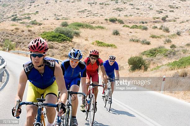 ciclistas a rural road - quatro pessoas - fotografias e filmes do acervo