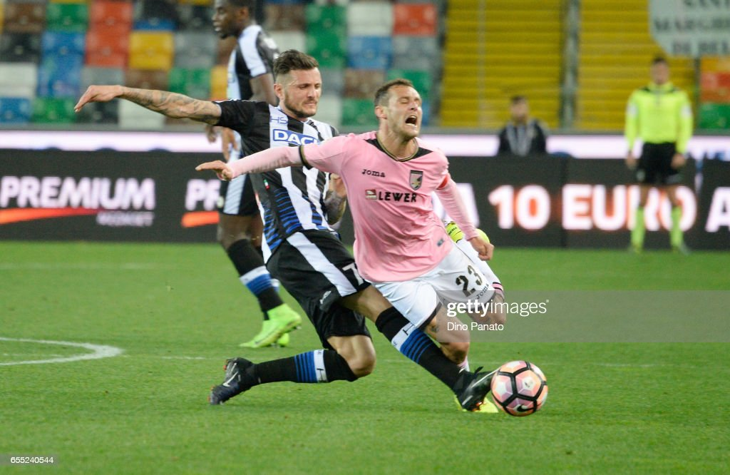 Cyril Thereau (L) of Udinese Calcio competes with Alessandro Diamanti of US Citta di Palermo during the Serie A match between Udinese Calcio and US Citta di Palermo at Stadio Friuli on March 19, 2017 in Udine, Italy.