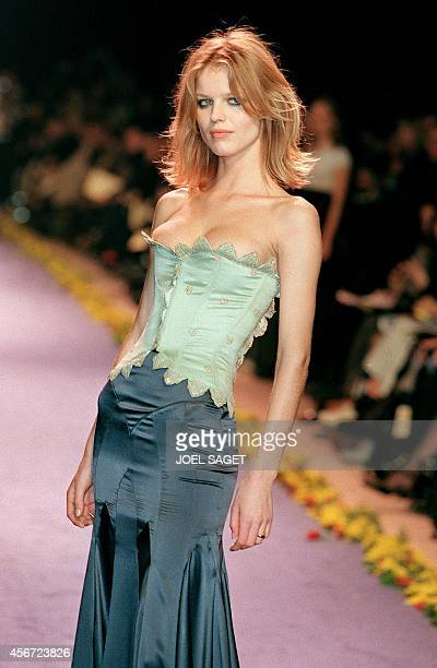 Czech born Supermodel Eva Herzigova shows off 11 March a long cyangreen skirt with a light green bustier during the presentation of Chloe's...