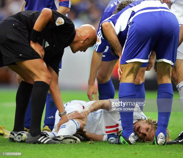Czech captain Pavel Nedved lies on the ground injured near Italian referee Pierluigi Collina 01 July 2004 at Dragao stadium in Porto during the Euro...