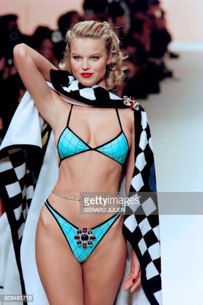 Czech model Eva Herzigova displays a creation designed by Karl Lagerfeld for the SpringSummer readytowear collection of Chanel on October 17 1994 in...