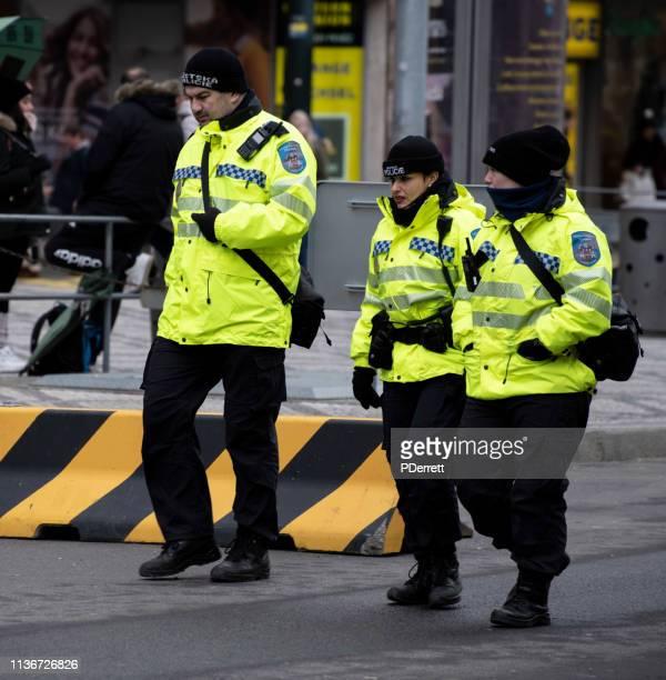 チェコ警察は、プラハのクリスマスマーケットをパトロールします。