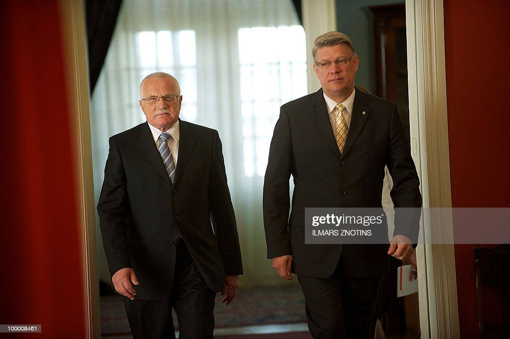 Czech President Vaclav Klaus (L) and his Latvian counterpart Valdis Zatlers arrive for a joint press conference on May 20, 2010 after their meeting in Riga. The Czech President is on two days official visit to Latvia.