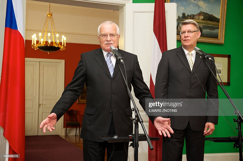 Czech President Vaclav Klaus (L) and his Latvian counterpart Valdis Zatlers give a joint press conference May 20, 2010 after their meeting in Riga. The Czech President is on two-day official visit to Latvia.