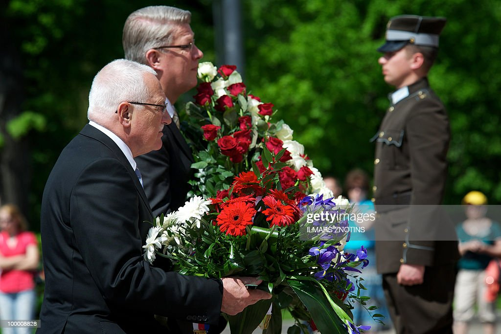 Czech President Vaclav Klaus (L) and his Latvian counterpart Valdis Zatlers (C) lay a wreath at the Monument of Freedom on May 20, 2010 after their meeting in Riga. The Czech President is on two-day official visit to Latvia.