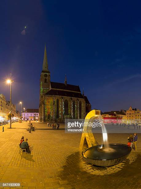 czech republic, plzen region, pilsen, main square with gothic st. bartholomew's cathedral and fountain in the evening - plzeň stock pictures, royalty-free photos & images