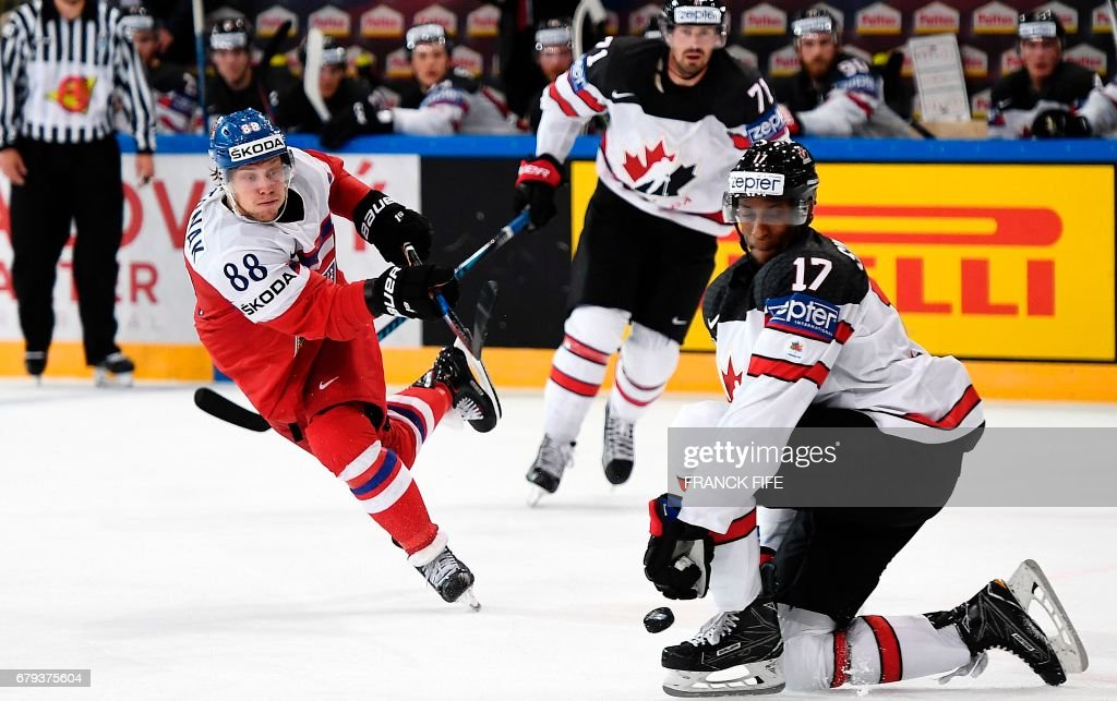 Czech Republic's forward David Pastrnak (L) challenges Canada's forward Wayne Simmonds during the IIHF Men's World Championship group B ice hockey match between the Czech Republic and Canada in Paris on May 5, 2017. /