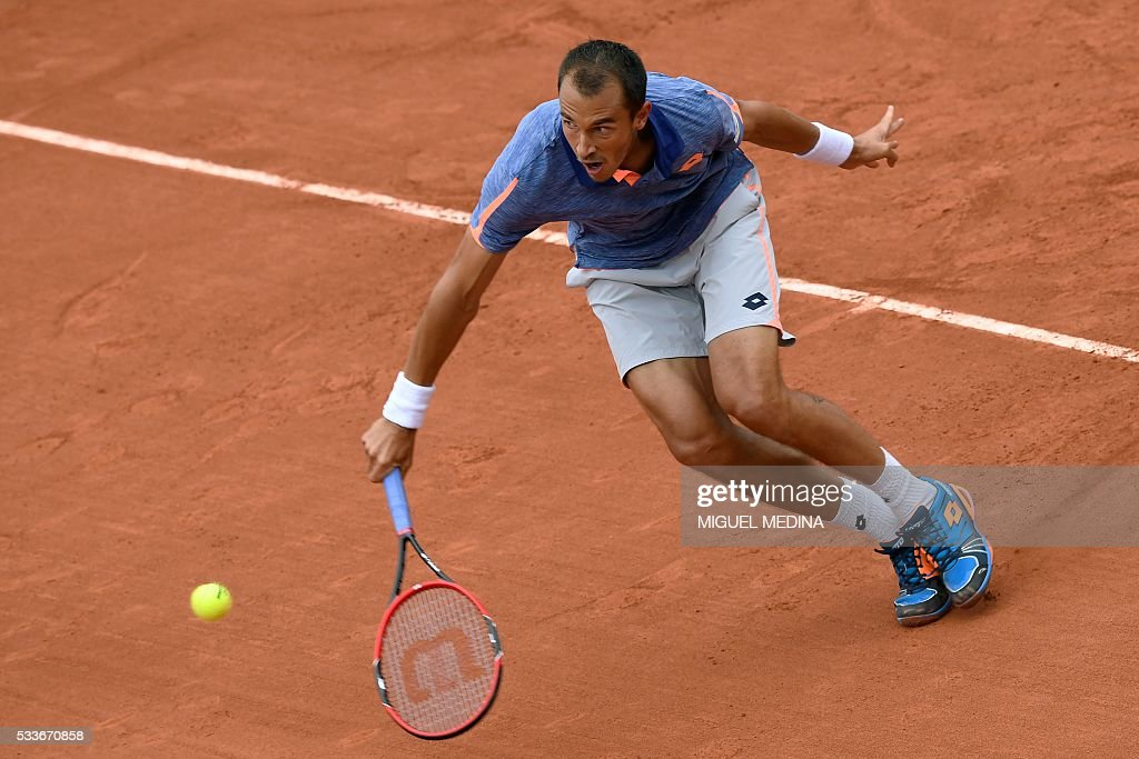 TOPSHOT - Czech Republic's Lukas Rosol returns the ball to Switzerland's Stanislas Wawrinka during their men's first round match at the Roland Garros 2016 French Tennis Open in Paris on May 23, 2016. / AFP / MIGUEL