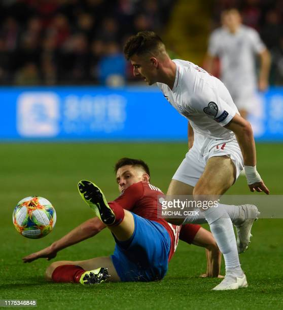 Czech Republic's midfielder Lukas Masopust and England's midfielder Mason Mount vie for the ball during the UEFA Euro 2020 qualifier Group A football...