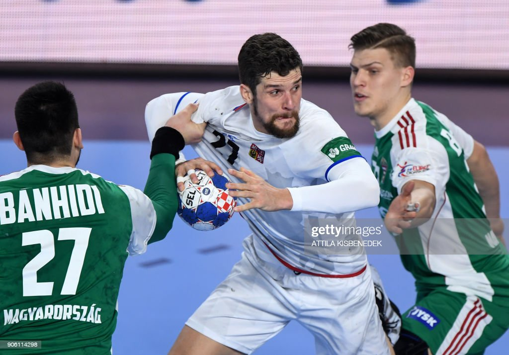 Czech Republic's Ondrej Zdrahala (C) scores a goal as he vies between Hungary's Bence Banhidi (L) and Donat Bartok (R) at the Varazdin Arena during their group 'D' match of the 13th Men's European Handball Championships in Varazdin on January 17, 2018. / AFP PHOTO / Attila KISBENEDEK