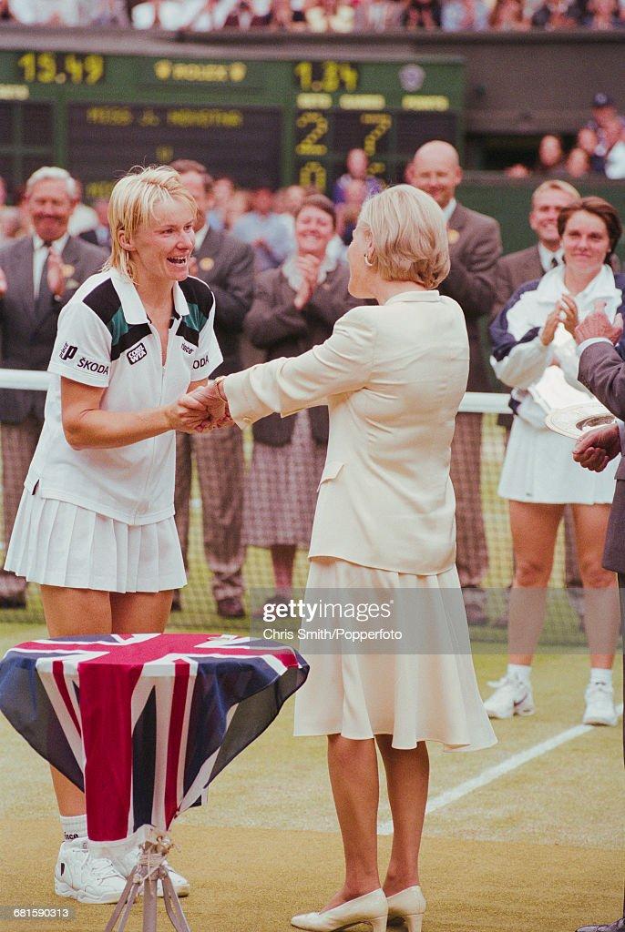 Jana Novotna Wins 1998 Wimbledon Championships : News Photo
