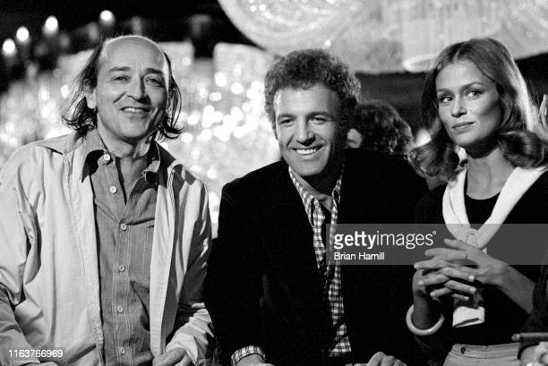 Czechborn British film director Karel Reisz with American actors James Caan and Lauren Hutton on the set of their film 'The Gambler' 1974