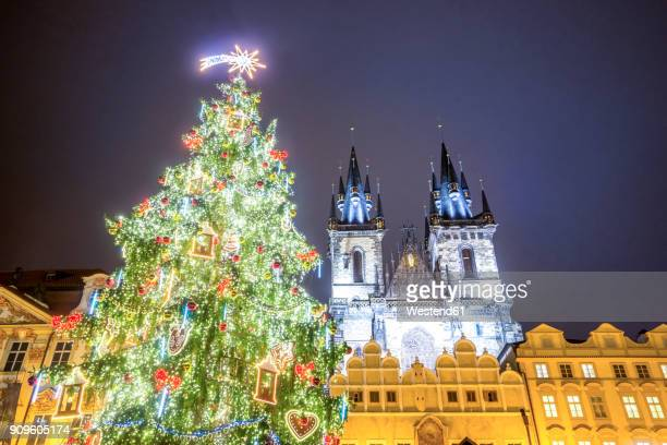 czechia, prague, old town, market square and illuminated church of our lady before tyn, christmas market - notre dame de tyn photos et images de collection