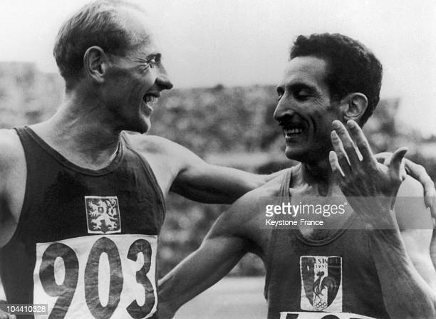 Czechoslovakian athlete Emil ZATOPEK and France's Alain MIMOUN congratulate each other after the 5000m finals of the 1952 Olympic Summer Games at...