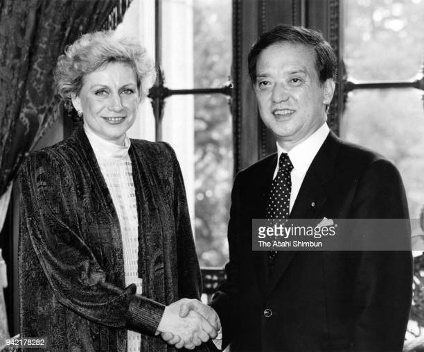 Czechoslovakia's advisor to president Vera Caslavska shakes hands with Japanese Prime Minister Toshiki Kaifu at the Diet building on March 6 1990 in...