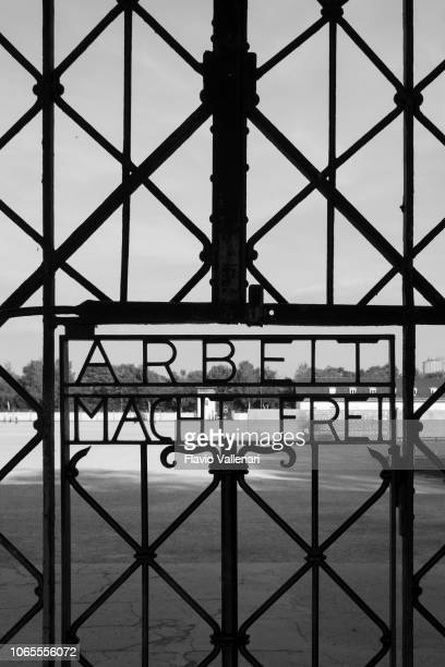 dachau concentration camp (bavaria, germany) - arbeit macht frei foto e immagini stock