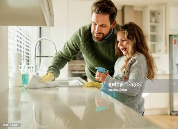 papa ist immer mit ihr im häuslichen pflichten - reinigen stock-fotos und bilder