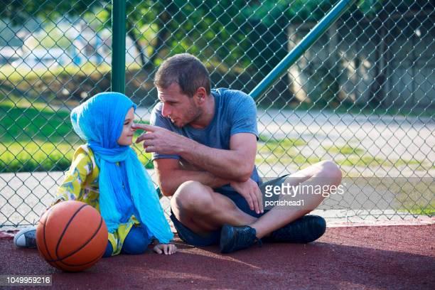 Vater und Tochter auf einem Basketballfeld