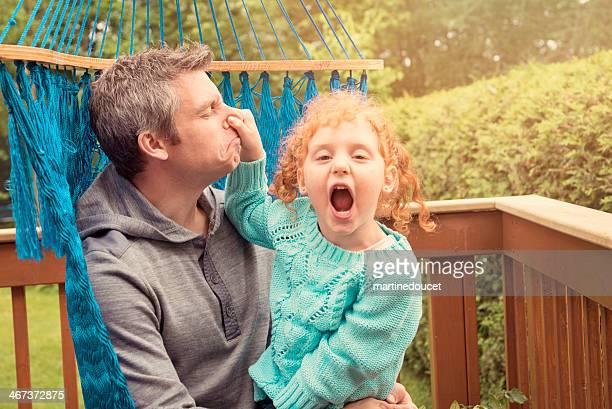 """pai e pouco cabelo ruivo menina goofing em uma cama de rede. - """"martine doucet"""" or martinedoucet imagens e fotografias de stock"""