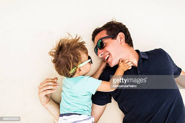 Mon père et moi jouer sur la plage