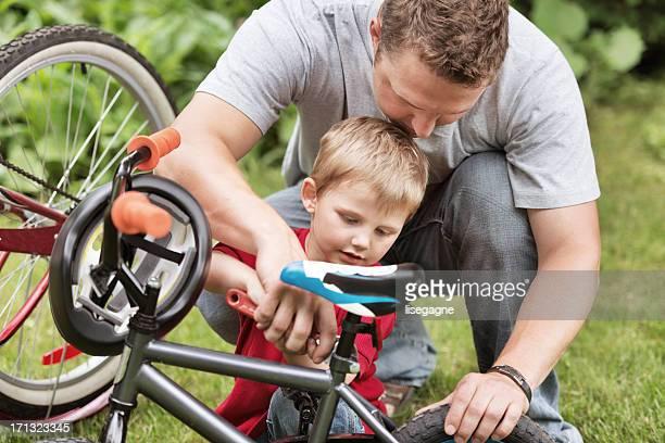 Vater und Sohn Reparatur Fahrrad