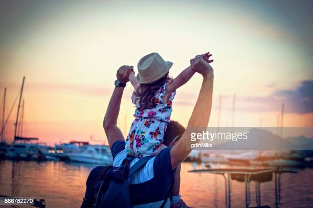 Vater, Tochter und Boote am Hafen