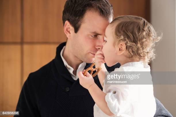 """papa onderhoudend peuter zoon voordat grote familiediner. - """"martine doucet"""" or martinedoucet stockfoto's en -beelden"""