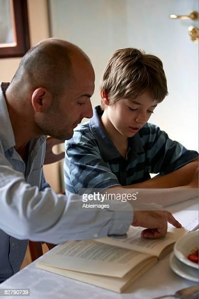 Padre aiutando Suo figlio con i compiti
