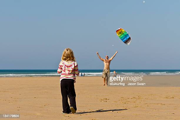 dad helping to fly kite - s0ulsurfing stock pictures, royalty-free photos & images