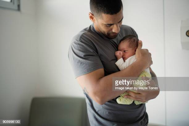 dad holds newborn while trying to get her to sleep - black man sleeping in bed stock pictures, royalty-free photos & images