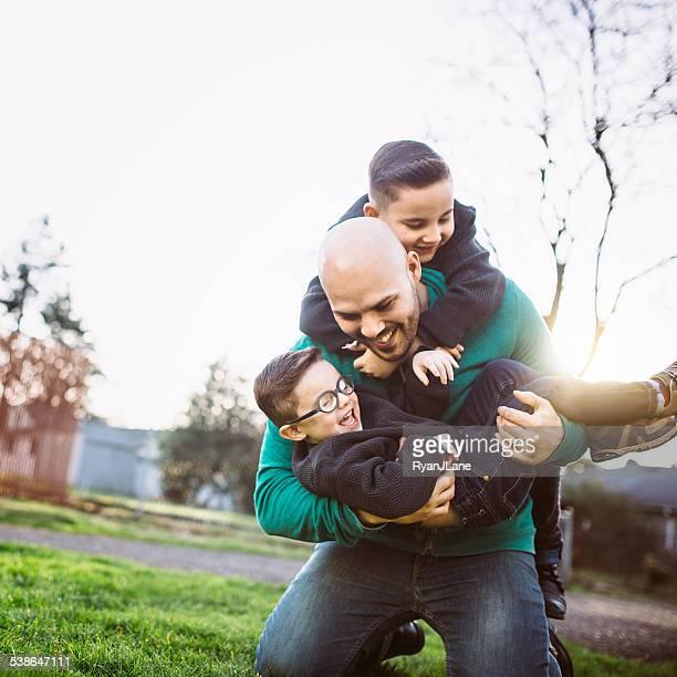 Père avec son garçon jouant à l'extérieur