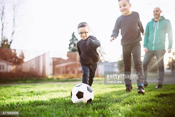 Père jouer au Soccer avec son fils