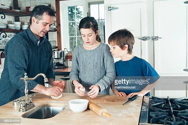 """pai ensinar as crianças para fazer massa em casa - """"martine doucet"""" or martinedoucet - fotografias e filmes do acervo"""